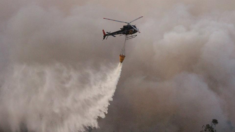 El rol clave de los helicópteros en el combate  de incendios forestales en Chile